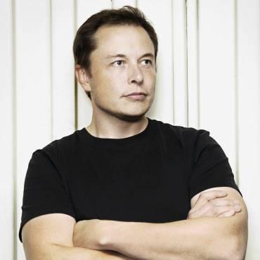 Elon Musk mit verschränkten Händen